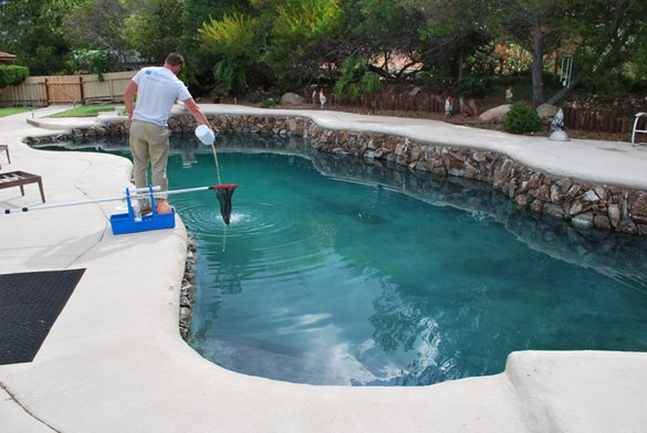 Adding-chloring-during-pool-service-in-the-Rancho-Bernardo-Trails