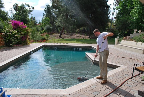 Final-netting-of-surface-during-pool-cleaning-maintenance-service