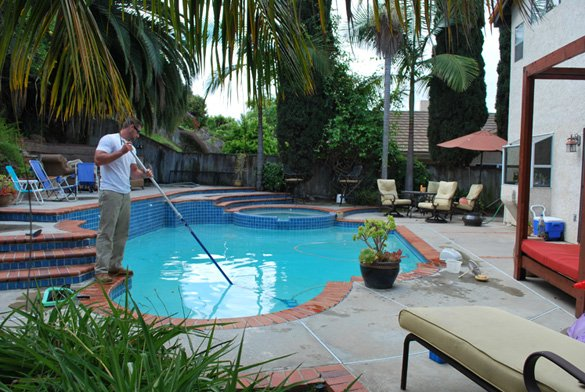 Cleaning-the-swimming-pool