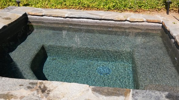 pebble-hot-tub-with-flagstone-coping